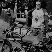 Kai-Jussi poseeraa mopedin edessä Taipalsaarella